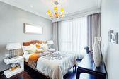 現代マスターの寝室のインテリア — ストック写真