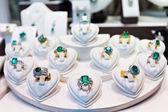 Anéis com pedras preciosas no mercado de ouro — Foto Stock