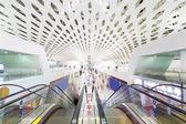 空港ターミナルのエスカレーター — ストック写真
