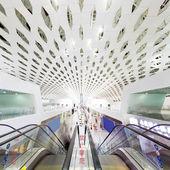 Escalator au terminal de l'aéroport — Photo