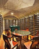 Weinkeller mit Flasche Wein und Gläser — Stockfoto
