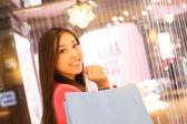 Fotografie mladých radostné ženy s nákupní tašky — Stock fotografie