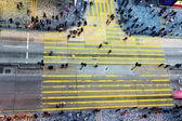 Insanlar karşıdan karşıya geçerken — Stok fotoğraf