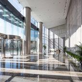 Sala vacía en el edificio de la oficina moderna — Foto de Stock