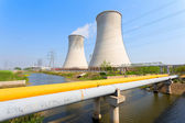 Coal fired power station with cooling towers releasing steam int — Stock Photo