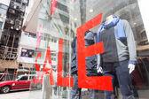 Odzież sklep okna rejestrowania sprzedaży — Zdjęcie stockowe