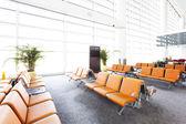Salle d'attente terminal aéroport moderne — Photo