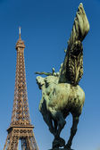 Tour Eiffel and statue — Stock Photo