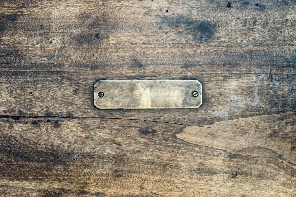 木制背景与金属标签