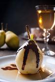 Postre delicioso pera con licor de chocolate y amaretto — Foto de Stock