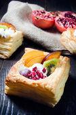 Pyszne ciasto francuskie z kremem i owocami — Zdjęcie stockowe