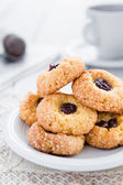 Delicious and crunchy rice cookies with jam — Stock Photo
