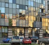 Centro ufficio moderno nel quartiere vecchio della città — Foto Stock