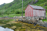 Neglected fisherman's house at the fjord coast, Lofotens, Norway — Foto Stock