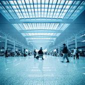 Pasażerowie poruszenie w dworzec kolejowy — Zdjęcie stockowe