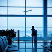 Passagier silhouet in luchthaven — Stockfoto
