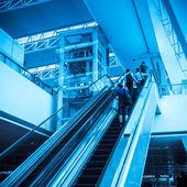 Passageiro na escada rolante — Foto Stock