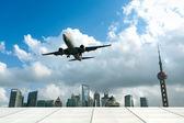 In aereo con la città moderna — Foto Stock