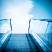 Escaleras mecánicas y azul cielo — Foto de Stock