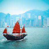 在维多利亚港航行的传统木制帆船 — 图库照片