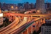夕暮れ時に高架歩道橋 — ストック写真