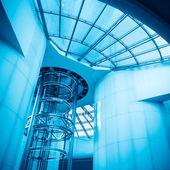Hiss i modern tornet — Stockfoto