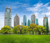 City park greenbelt with modern building — Stock Photo