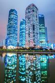 Современная архитектура и отражение в ночное время — Стоковое фото