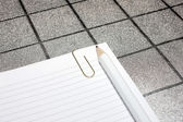 Paper clip, pencil and paper for notes — ストック写真