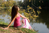 Beautiful girl near pond — Stockfoto