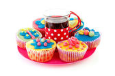 Pink plate with cup of tea and cupcakes — Stock Photo