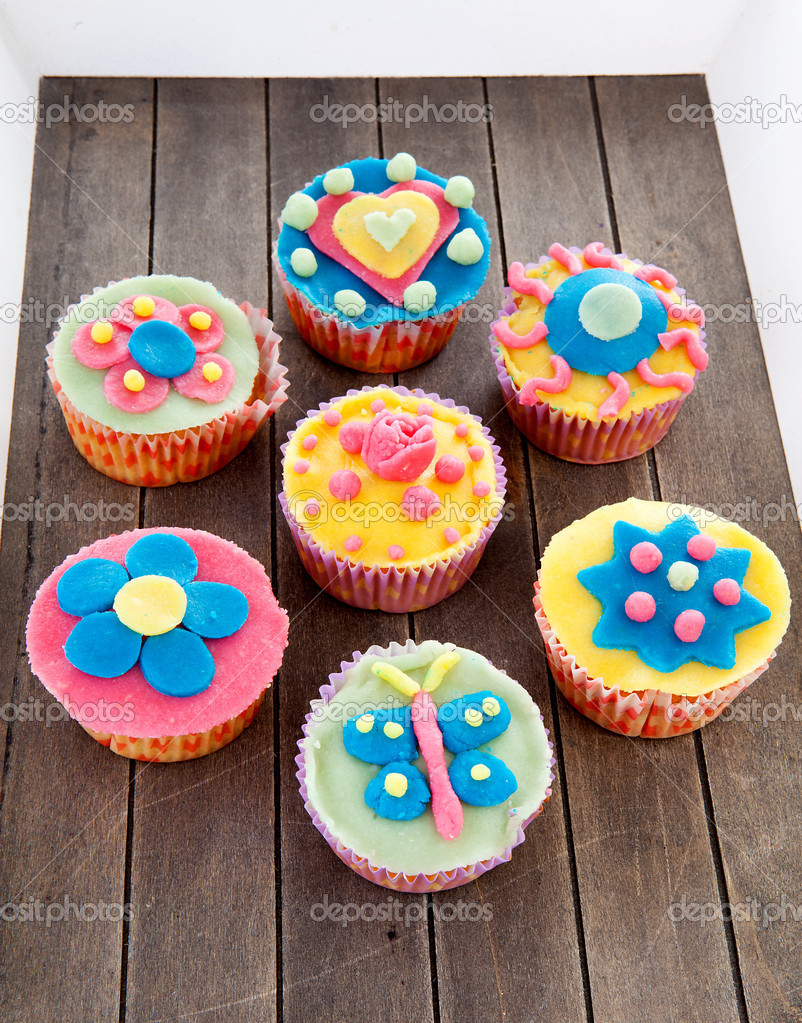 Paar van cupcakes met marsepein decoratie stockfoto for Decoratie cupcakes