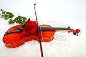 音楽と赤いバラとバイオリン — ストック写真