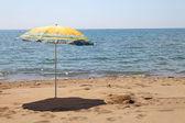 Paraplu op het strand — Stockfoto