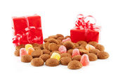 Typical dutch sweets: pepernoten (ginger nuts) and red presents — Stockfoto
