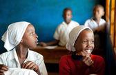 Kinazini, kenya - luglio-12: i bambini africani non identificati mostrando — Foto Stock