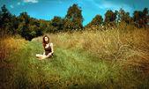 Mujer joven relajante — Foto de Stock