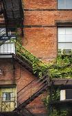 Fachada de tijolos de escada de incêndio — Foto Stock