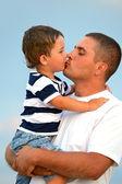 Hombre con un niño en la playa — Foto de Stock
