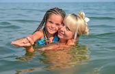 ビーチ上の娘を持つ母matka s dcerou na pláži — ストック写真