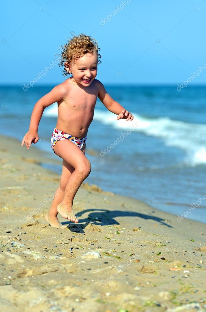 在海边的金发小男孩
