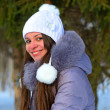 Girls winter fun in the park — Stockfoto