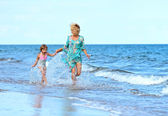 Mother with daughter on beach — Foto Stock