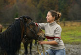 The girl speaks with the Horse — Stock Photo