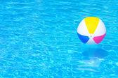 Bola inflable en piscina — Foto de Stock