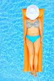 スイミング プールでリラックスした女性の美しさ — ストック写真