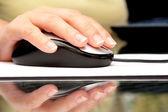 Mano di donna usando il mouse del computer — Foto Stock