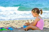 Chica del niño en la playa — Foto de Stock