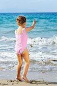 Peuter meisje op het strand — Stockfoto