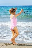 在海滩上蹒跚学步女孩 — 图库照片